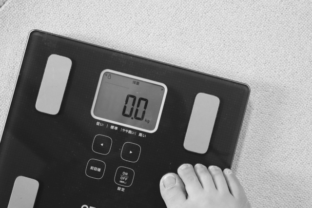 モノクロカラーの体重計