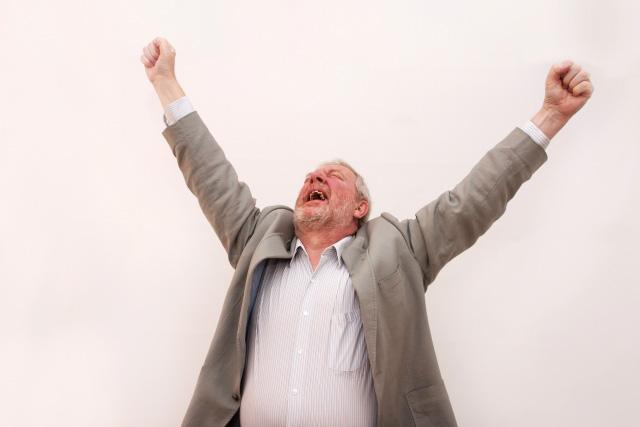 喜びのあまり叫ぶ外国人男性