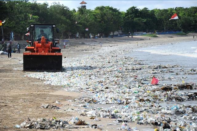 インドネシア・バリ島のクタビーチで、重機でゴミを集める作業員