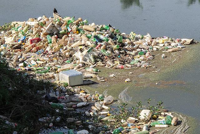 ビーチに流れ着いた大量のプラスチックゴミ