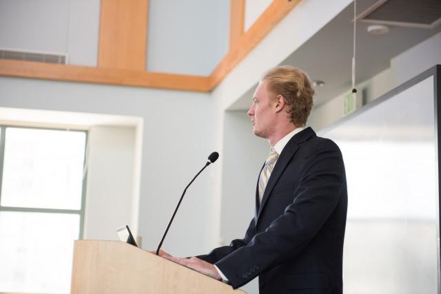 演壇で講義する白人男性