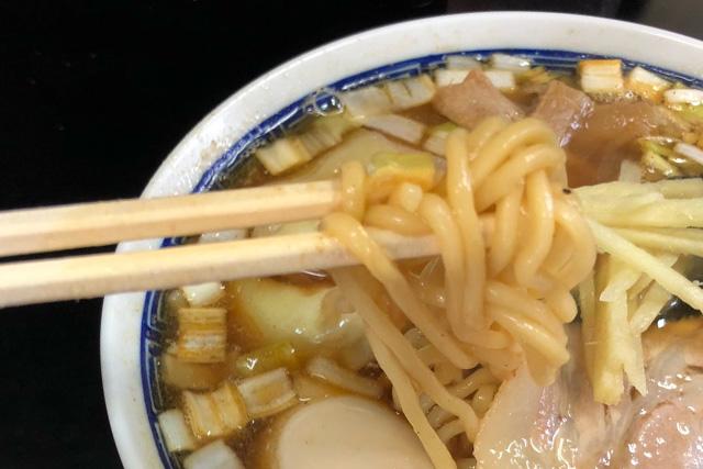 亀喜屋のワンタン麺の麺をアップで