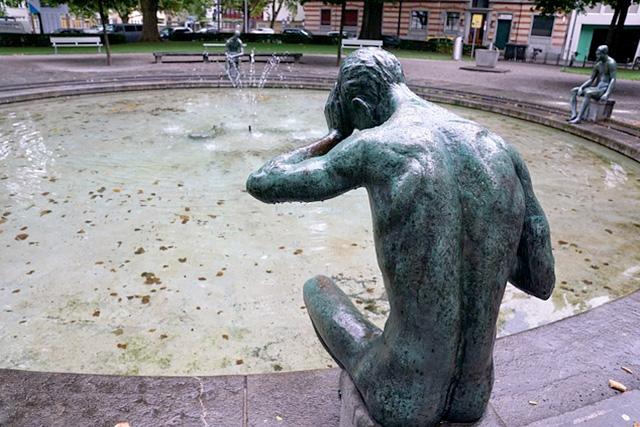 頭を抱える銅像
