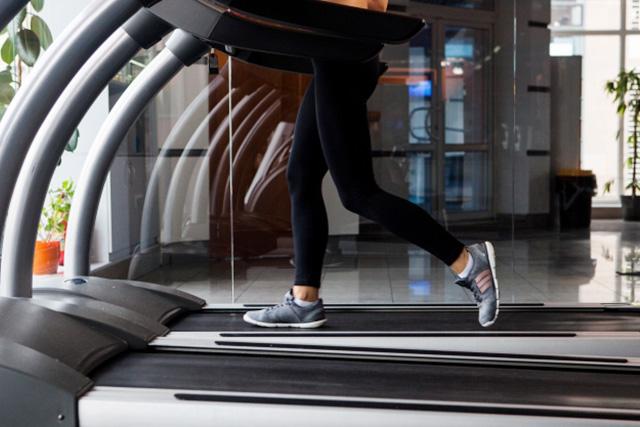 トレッドミルでウォーキングをする女性の足