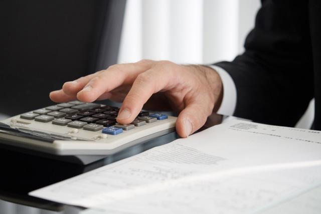 お金の計算をする官僚