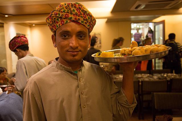 東南アジアのレストランの男性ウェイター