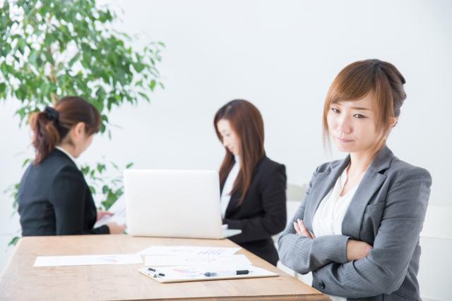 職場の人間関係に悩む女性