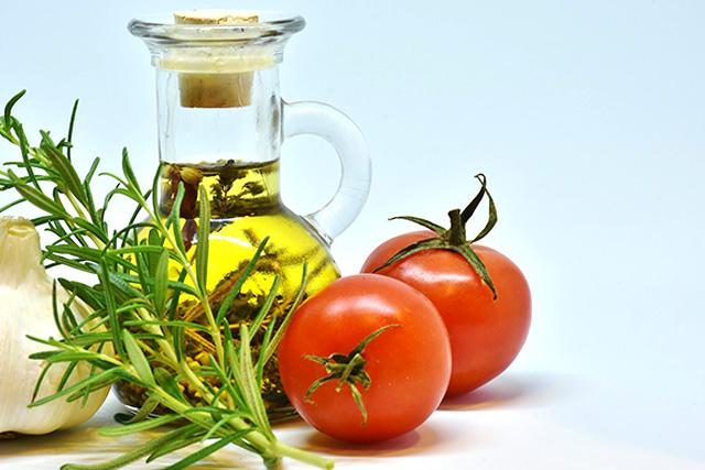 トマトは油と一緒に食べると吸収率がアップする