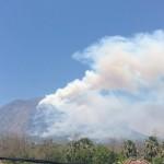 森林火災が起き、煙が上がるアグン山=19日、BNPB提供