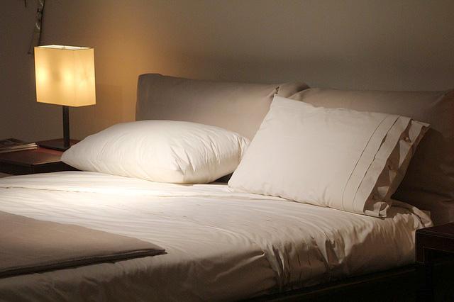 間接照明でリラックス出来そうな寝室